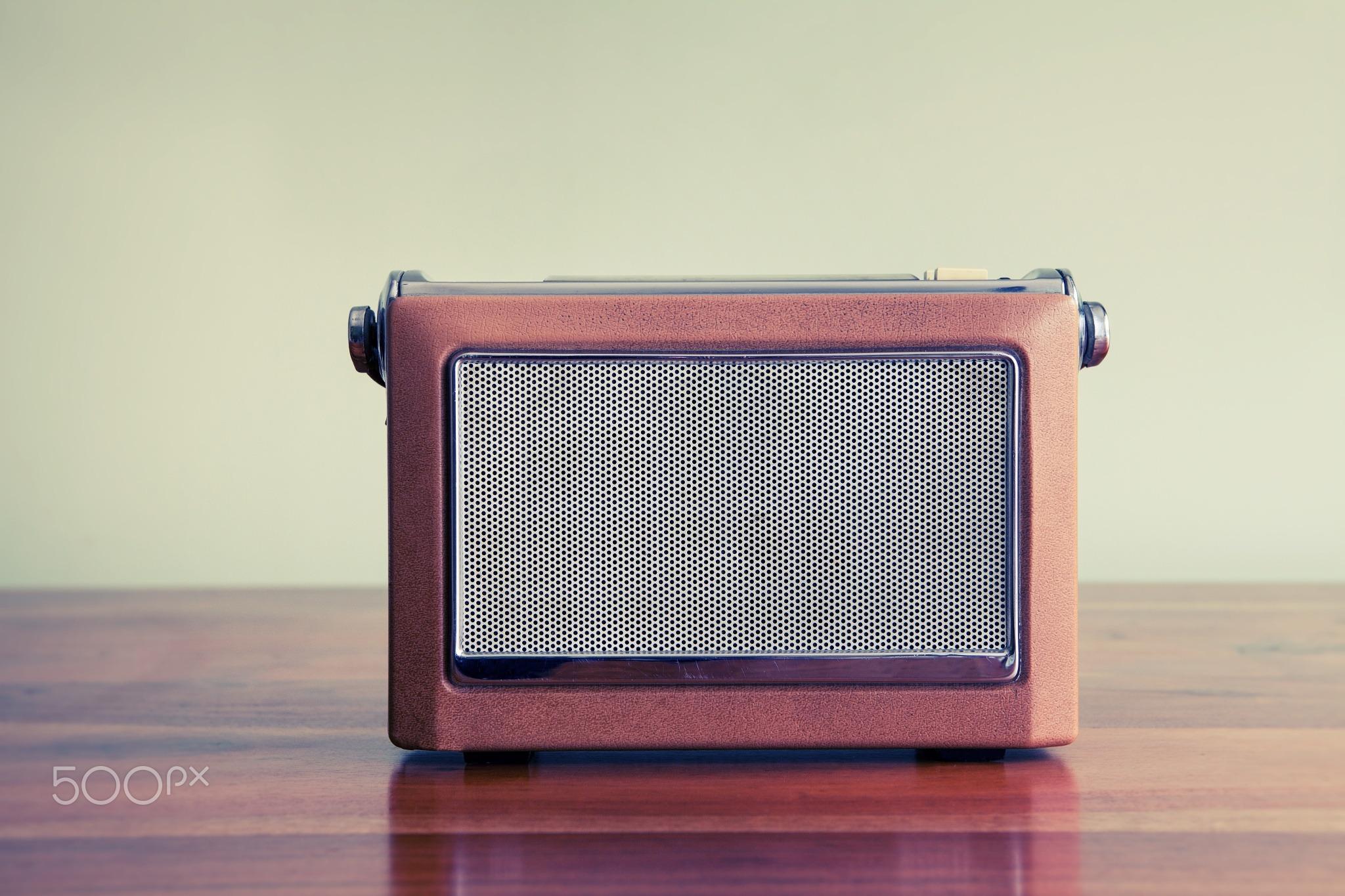 98847377-vintage-radio